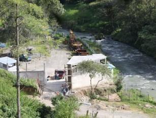 Trabajadores de Hidro Santa Cruz, ejecutando la obra sin permiso