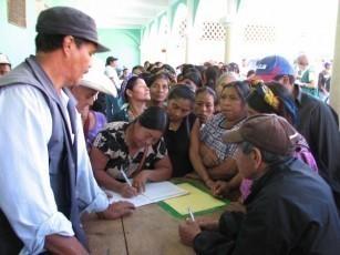 Comunitarios firman el acta del 8 de febrero en Barillas, Huehuetenango.