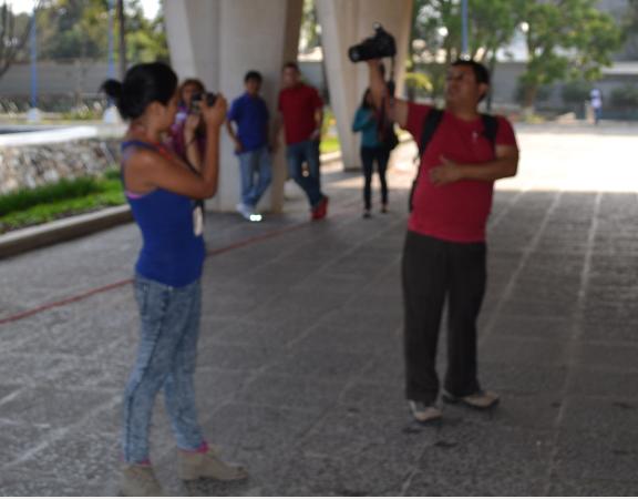 Uno de sus acompañantes, el publicista Carlos Echeverría tomó fotografías a los rostros de las y los estudiantes que están en la ocupación.