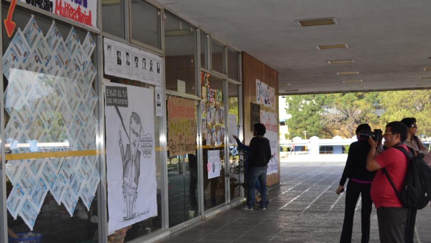 Asimismo le tomó fotografías a las 60 fotocopias de carnés estudiantiles que fueron pegados en Rectoría como parte de una campaña de solidaridad ante la criminalización y denuncias que ha puesto la administración de Gálvez en contra de tres estudiantes.