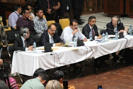 Acusados de genocidio y sus abogados