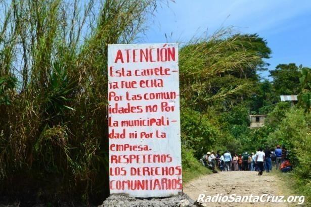 """""""ATENCIÓN: Esta carretera fue echa por las comunidades no por la municipalidad  ni por la empresa. RESPETEMOS LOS DERECHOS COMUNITARIOS"""""""