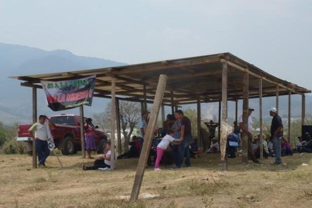 La galera que construyeron lxs comunitarios para protegerse del sol y de la lluvia.