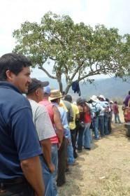 Lxs comunitarios esperando su almuerzo el tercer día de resistencia pacífica.