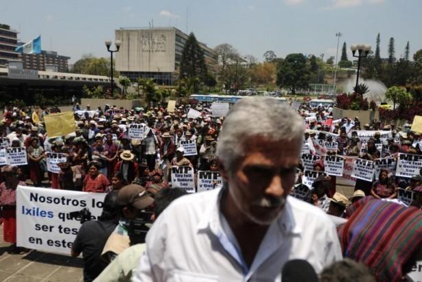 Al frente: Ricardo Méndez Ruíz luego de haberse dirigido a los manifestantes Ixiles.