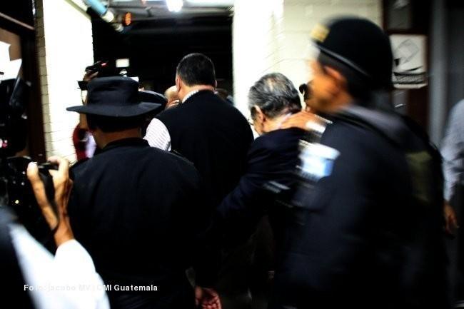 """La PNC llevaba literalmente """"del cuello"""", al reo Ríos Montt, por los pasillos del sótano del Palacio de Justicia."""