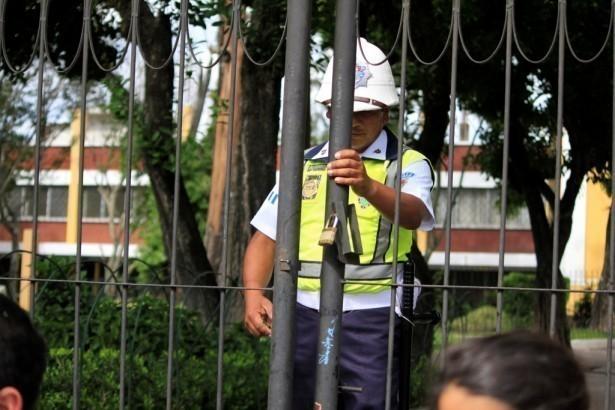 PMT cerrando la entrada al parque San Sebastían