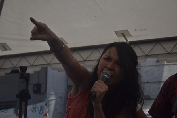 Mujer jovén, estudiante de la Universidad Rafael Landivar, denuncia el racismo del Estado Criollo.