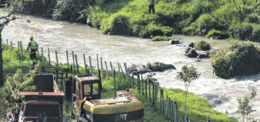 Imagen: Vega del río Q'anb'alam apropiada por Hidralia. Foto: Marta Molina/ Reporting on Resistances (RR) http://martamoli.files.wordpress.com/2013/11/hidralia.jpg