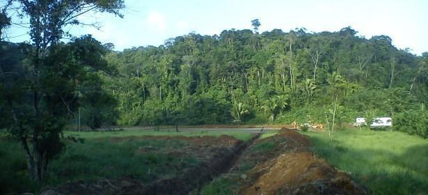 El pozo de exploración se llama Balam-1X, el cual retrasó su construcción debido a inundaciones en el área2, y para solventar el problea construyeron 4 zanjas. Todas ellas van desde la torre de perforación a un hoyo natural que hay a unos 50 metros de donde hay un nacimiento/sumidero de la comunidad llamada Sebilá.   Los químicos y líquidos tóxicos de la perforación petrolera seguramente se mezclarán con el agua y serán canalizados por estas 4 zanjas, lo que puede afectar al nacimiento/sumidero.  Este nacimiento forma un río subterráneo, que pasa por debajo de donde está la petrolera. Este río conecta con un río que pasa por la comunidad de Sebilá, que se llama río Zavala, que después se vuelve afluente del río Chocón Machacas, que es el más grande Livingston, y que desemboca en el golfete del Lago de Izabal. Contaminar el nacimiento/sumidero de la comunidad de Sebilá significa contaminar todo el fluvial, incluido el Lago de Izabal.