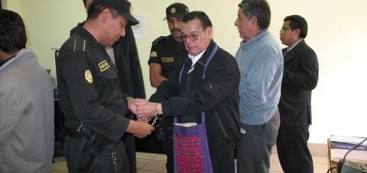 Fotografía tomada al momento de la aprehensión. De frente aparece Don Chico Palaz con un morral y atrás con suéter gris Don Tello.