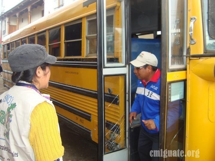 Una observadora del proceso le preguntó al chofer el motivo de la presencia del bus, a lo que éste contestó burlandose y luego tuvo que aclarar que era el entrenador de un equipo de futbol que se dirigía hacía Santa Abelina