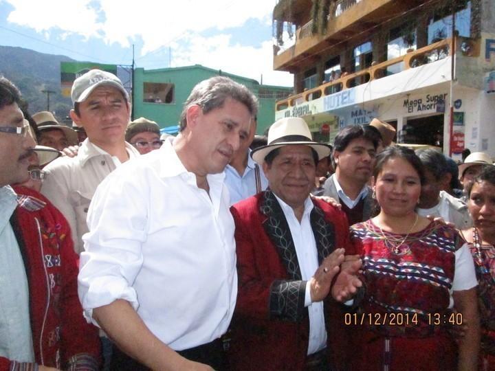 Roberto Alejos llegó en helicóptero a visitar a Raymundo el día de las elecciones. Al día siguiente el candidato presidencia volvió a llegar a felicitarlo, esta vez, en 2 helicópteros