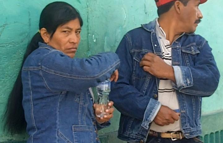 En el anterior fotorreportaje también señalamos a una persona con chumpa de lona azul con actitudes sospechosas dentro de un centro de votación