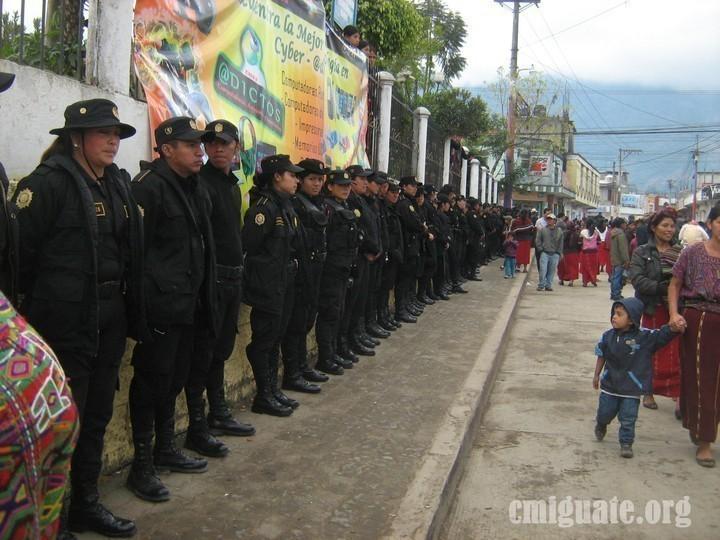Contingente de policías custodian frente al centro de votación ubicado en el corredor de la municipalidad