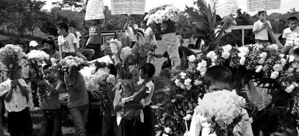 Niños y niñas esperando el funeral de David y Ageo. Fuente: Marcha Indígena, Campesina y Popular.