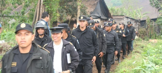 Más de 250 policías en 60 patrullas, se movilizaron para desalojar a Cristina Chun y su familia el 14 de Enero 2014, día en el que se presentó el informe de gobierno de Pérez Molina.