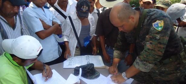 oficial del ejército de Guatemala al momento de firmar el acta comunitaria de su retirada