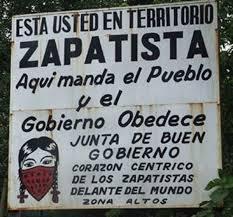 """""""Aquí manda el pueblo y el gobierno obedece"""". Letrero que indican que se está entrando en territorio zapatista."""