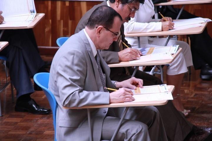 Julio Rivera Clavería mientras realizaba su examen para ser Fiscal General. Foto: Flor Calderón