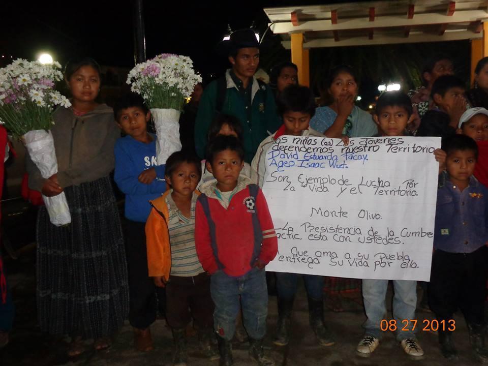 """Foto: Comité de Unidad Campesina (CUC). """"Cumbre de Tactic"""". Recorrido de la caravana que salió desde la ciudad de Guatemala con los cuerpos de los niños hasta la comunidad Monte Olivo, Cobán, Alta Verapaz."""