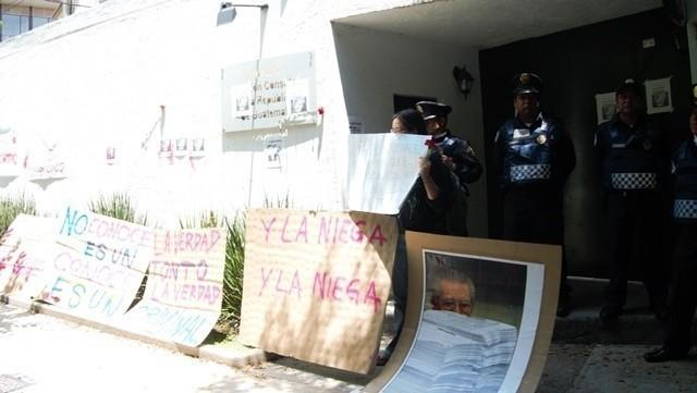 Carteles de los y las manifestantes fueron colocados frente a la Embajada. Foto: Rafael León.