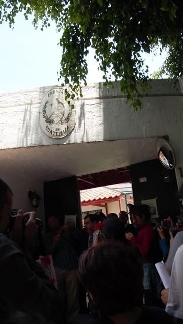 Momento en el que el funcionario de la Embajada recibe las firmas. Foto: Rafael León.