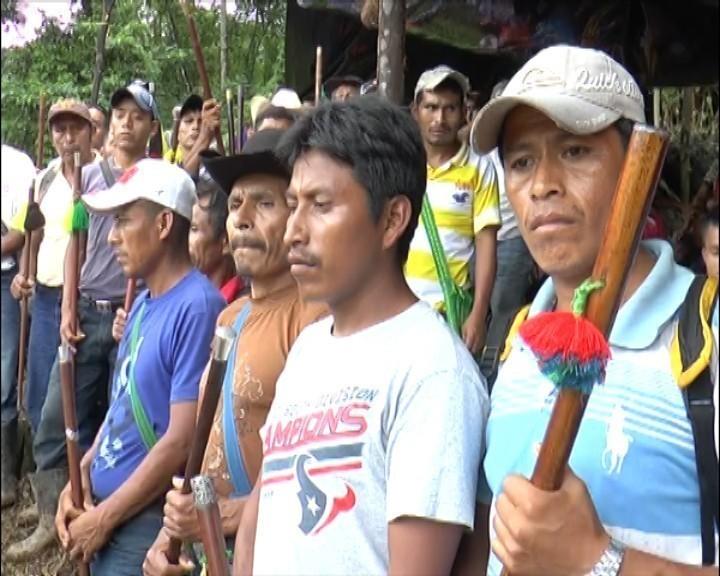 representantes comunitarios sostienen sus varas de autoridad. Foto: Rolanda Garcá (Red-CMI)