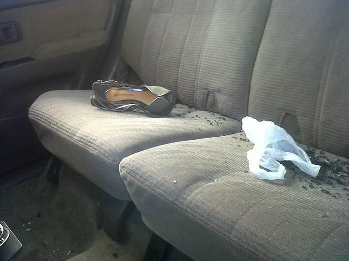 Zapato de mujer dentro del auto donde se conducían agentes de la PNC en estado de ebriedad. Foto: Kikin Hernández