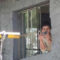 Dentro de la garita de control militar de la Colonia se logra ver al agente encubierto. Foto: Gustavo Illescas.