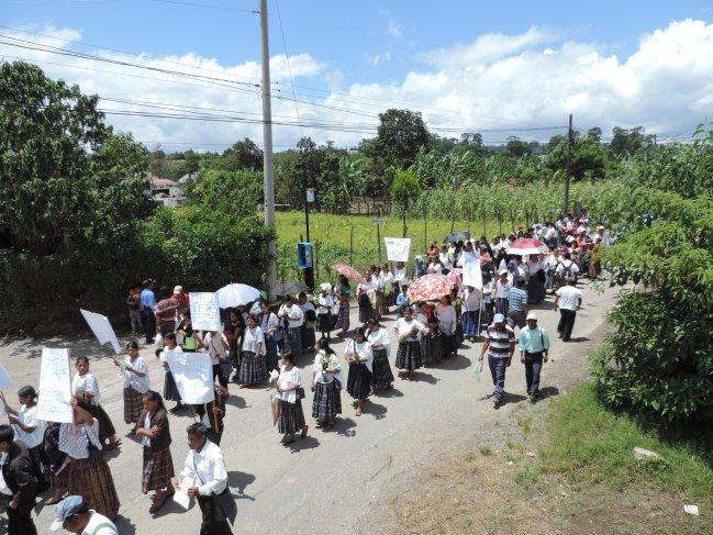 Posteriormente la marcha se dirigio hacia la entrada principal de la base de CREOMPAZ. Foto: Gustavo Illescas