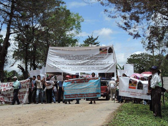 Las y los manifestantes se plantaron frente a la entrada de CREOMPAZ donde le hicieron ver a los militares sus demandas. Foto: Gustavo Illescas.