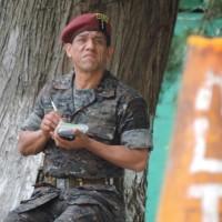 El Coronel Ochoa toma nota desde dentro de la base. Foto: Gustavo Illescas.