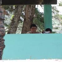 Nuevamente, el agente encubierto es visto acompanado de alguien que no da la cara mientras toma video. Foto: Gustavo Illescas.