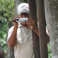 El otro agente que se encontraba al inicio de la marcha es visto tomando video dentro de la base de CREOMPAZ. Foto: Gustavo Illescas.
