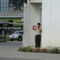 agente encubierto del ejercito vigila la marcha. Foto: Gustavo Illescas.
