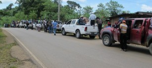 Caravana sobre la ruta de Cobán a Chisec. Foto: Gustavo Illescas.