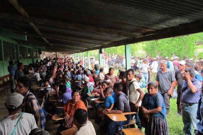 Concentración de la comunidad de Monte Olivo en la Escuela que días antes fue ocupada por PNC y Ejército. Foto Gustavo Illescas.