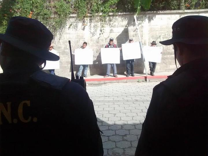 La policía resguarda la entrada al Organismo Judicial, mientras los compañeros demuestran su solidaridad con pancartas que piden la liberación de los presos políticos. Foto: Wolfgang Krenmayr