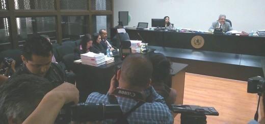 A la izquierda, abogados defensores de los militares. Al fondo el Juez Miguel Ángel Gálvez. Foto: Josué Otzoy