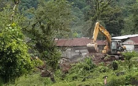 """El vehículo de la empreas Xalalá construye un terraplén en el nuevo mercado de la comunidad """"31 de mayo"""", en la Zona Reina, Uspantán, Quiché; como parte del """"Plan de Iniciación Xalalá!, del INDE. (Foto: AmC)"""