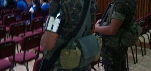 Soldados armados en el salón de actos del Instituto Belen.   -foto: CPR-Ur. Foto tomada por un catedrático del referido instituto.