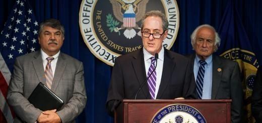 El equivalente del ministro de Comercio, Froman; flanqueado por el líder sindical, Trumka; y el senador Levin.  Foto: USTR
