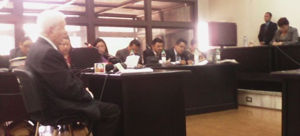 Periodista Palmieri haciendo su declaración ante el tribunal. (Fotos: Roderico Díaz, CMI Guatemala.)