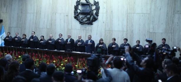 La toma de posesión de la Corte Suprema de Justicia, el lunes 24 reciente. Rodeando al magistrado Álvarez está Pérez Molina y Arístides Crespo.