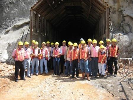 Trabajadores en la entrada al túnel de la mina, que supuestamente ha sufrido inundaciones.