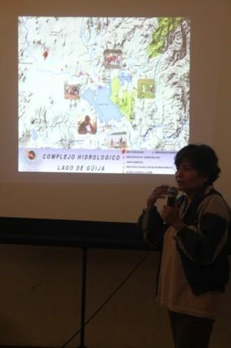Participante en el foro, mostrando puntos de los muestreos en la cuenca del lago Güija. Foto: CPR-Urbana)