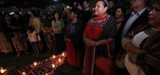 Familiares y amigos de las víctimas de la quema de la embajada hicieron una ceremonia maya después de la sentencia. Foto: Carlos Sebastián