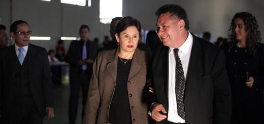 La fiscal Aldana, nombrada por Pérez Molina, camina junto a Avidán Ortiz, decano de Derecho de la USAC.  Fotos: Carlos Sebastián