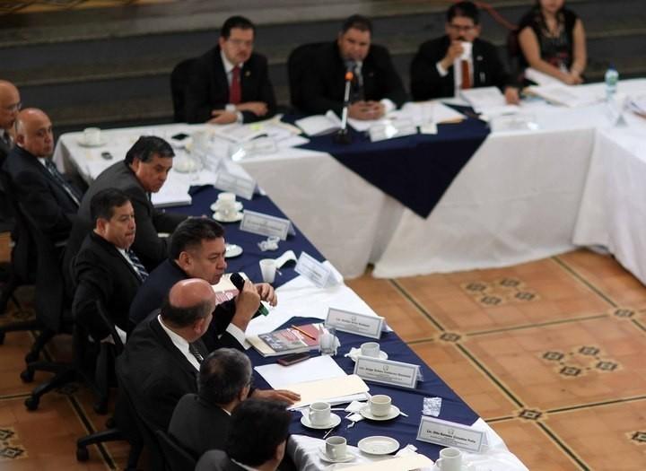 Avidán Ortiz, decano de Derecho de la USAC, toma la palabra en la Comisión de Postulación. Foto: Carlos Sebastián